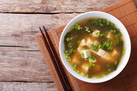 Tương Miso và tương tamari có rất nhiều công dụng, được sử dụng trong bữa ăn hàng ngày